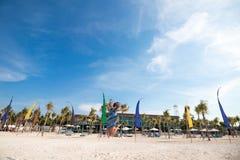 Menina feliz que salta na areia do branco da sagacidade da praia Ilha tropical Nusa Lembongan, Indonésia imagem de stock royalty free