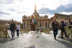 Menina feliz que salta na luz do sol no quadrado do St Peter me Foto de Stock Royalty Free