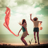Menina feliz que salta na praia Foto de Stock Royalty Free