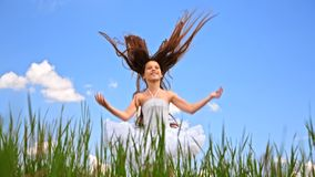 Menina feliz que salta no campo verde video estoque