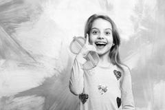 Menina feliz que tem a ideia na parede abstrata colorida imagem de stock royalty free