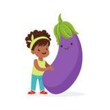 Menina feliz que tem o divertimento com o vegetal de sorriso fresco da beringela, alimento saudável para o vetor colorido dos car ilustração do vetor