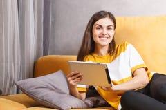Menina feliz que usa a tabuleta fotos de stock