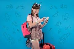 Menina feliz que usa tecnologias modernas para fazer compras imagens de stock
