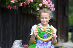 Menina feliz que veste um dirndl bávaro tradicional do vestido ho Fotos de Stock Royalty Free