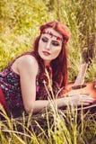Menina feliz romântica que viaja com sua guitarra imagem de stock