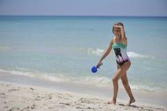 A menina feliz tem o divertimento no mar Imagens de Stock
