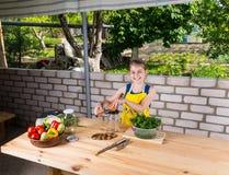 Menina feliz vivo que engarrafa legumes frescos foto de stock royalty free