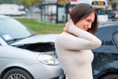 Menina ferida após o acidente de trânsito na rua Foto de Stock Royalty Free