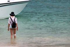 A menina ferida do turista está esperando para ir para trás no barco da velocidade no fotografia de stock