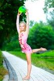 Menina flexível que faz o vertical da ginástica Fotografia de Stock Royalty Free