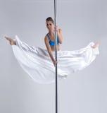 Menina flexível que faz a separação ginástica no pilão Foto de Stock Royalty Free