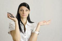 A menina foi surpreendida muito após a fala no telefone Foto de Stock Royalty Free
