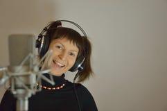 Menina, fones de ouvido, menina do microfone, mulher em um reco Fotografia de Stock