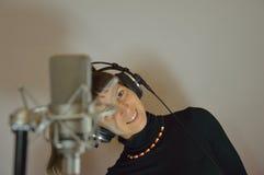 Menina, fones de ouvido, microfone Fotos de Stock