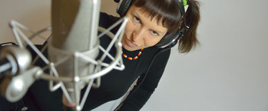 Menina, fones de ouvido, microfone Imagem de Stock