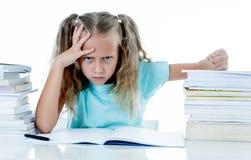 Menina forçada da escola que sente frustrada e incapaz de concentrar-se em seus estudos foto de stock