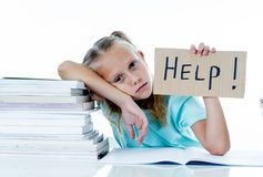 Menina forçada da escola que sente frustrada e incapaz de concentrar-se em seus estudos imagens de stock