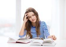 Menina forçada do estudante com livros Fotografia de Stock