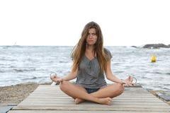 Menina forçada que tenta fazer exercícios da ioga fotos de stock royalty free