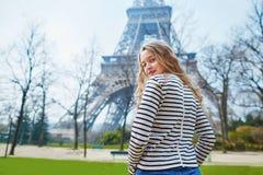Menina fora perto da torre Eiffel, em Paris Imagem de Stock