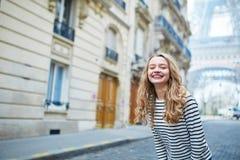 Menina fora perto da torre Eiffel, em Paris Imagens de Stock Royalty Free