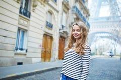 Menina fora perto da torre Eiffel, em Paris Imagens de Stock