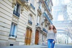 Menina fora perto da torre Eiffel, em Paris Foto de Stock