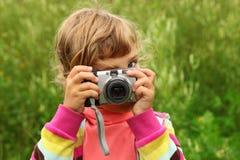 A menina fotografa ao ar livre Fotos de Stock Royalty Free