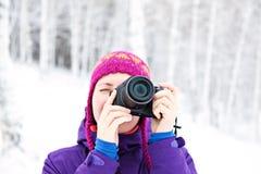 A menina fotografou em um fundo da neve Fotografia de Stock
