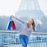 Menina francesa com os sacos de compras perto da torre Eiffel em Paris Imagens de Stock Royalty Free