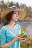 Menina Freckled no chapéu que está com nota e que olha afastado imagem de stock royalty free