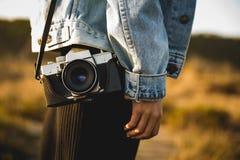 Menina fresca com sua câmera fotográfica Imagem de Stock