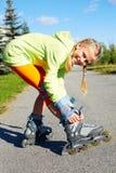 Menina fresca de sorriso feliz do moderno da forma na roupa colorida com patins de rolo fotos de stock