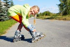 Menina fresca de sorriso feliz do moderno da forma na roupa colorida com patins de rolo imagem de stock royalty free