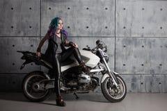 Menina fresca na roupa de couro perto da motocicleta Mulher à moda nova com cabelo colorido na bicicleta fotos de stock