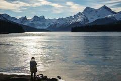 Menina fria do lago do gelo da manhã que olha o horizonte imagem de stock royalty free