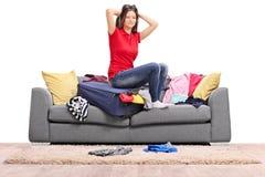 Menina frustrante que embala muita roupa em um saco Imagem de Stock