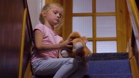 Menina furada com Toy Bear video estoque