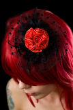 Menina gótico de cabelo vermelha com o fascinator do cabelo preto Fotos de Stock Royalty Free