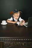 A menina ganhou muito dinheiro Fotografia de Stock Royalty Free