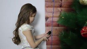 A menina gerencie a lâmpada elétrica vídeos de arquivo