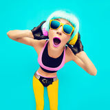 Menina glamoroso do DJ do partido na roupa brilhante em um fundo azul l Fotografia de Stock