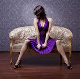 Menina glamoroso no sofá Imagem de Stock Royalty Free