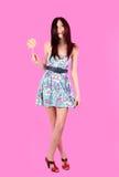 Menina glamoroso que desgasta o vestido colorido com lollipo foto de stock