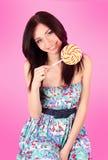 Menina glamoroso que desgasta o vestido colorido com lollipo imagens de stock