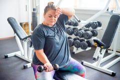 Menina gorda em um gym imagem de stock royalty free
