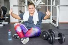 Menina gorda em um gym fotos de stock