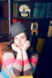 Menina em uma camisola e em um chapéu listrados imagens de stock