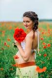 Menina grávida bonita no campo da papoila Fotos de Stock Royalty Free